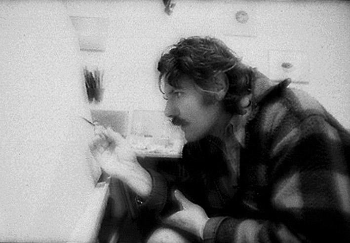 Gérard Sighicelli peignant dans son atelier
